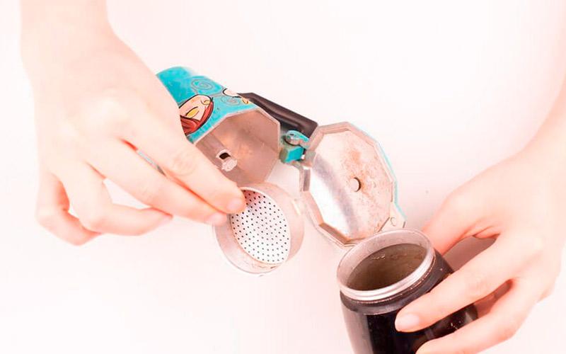 Фото3 Как варить кофе в гейзерной кофеварке пошагово